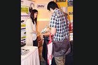 華輝科技群英會 2013 回顧 -  華輝之專業技術人員向客戶講解產品